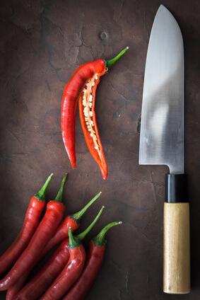 Ein besonders scharfes und verziertes japanisches Messer im Küchenmesser Vergleich